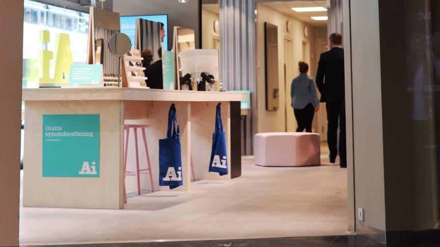 Ai Eyewear öppnar sin tredje butik i expansiva varuhuset Kringlan i Södertälje Centrum. Hos Ai kan du designa dina egna glasögon och solglasögon.