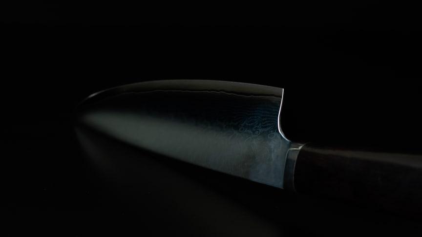 VG-10 är ett japanskt rostfritt stål med extremt god kanthållning och med stark korrosionsbeständighet.