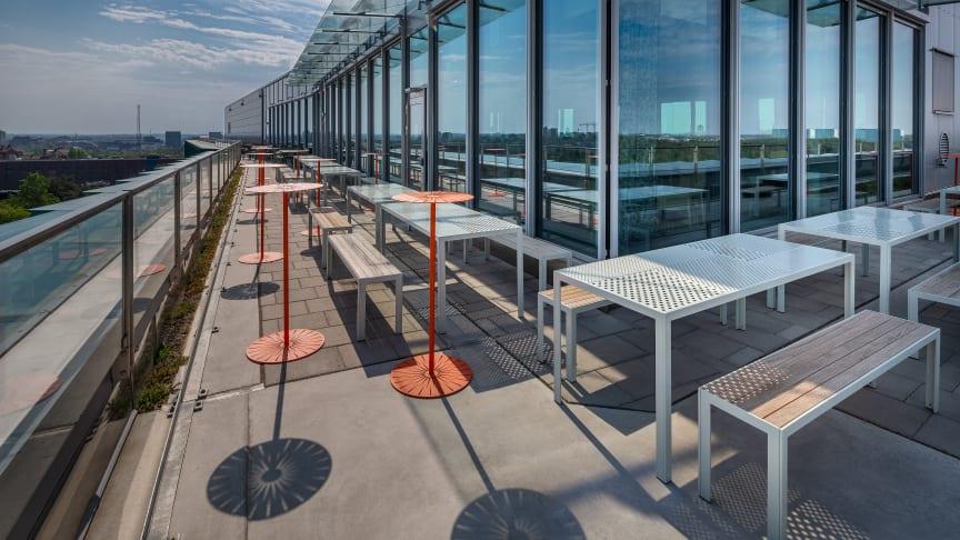 Areal möbelgrupp, design Broberg & Ridderstråle och Sun bord, design Monica Förster. Biomedicums terrass KI.