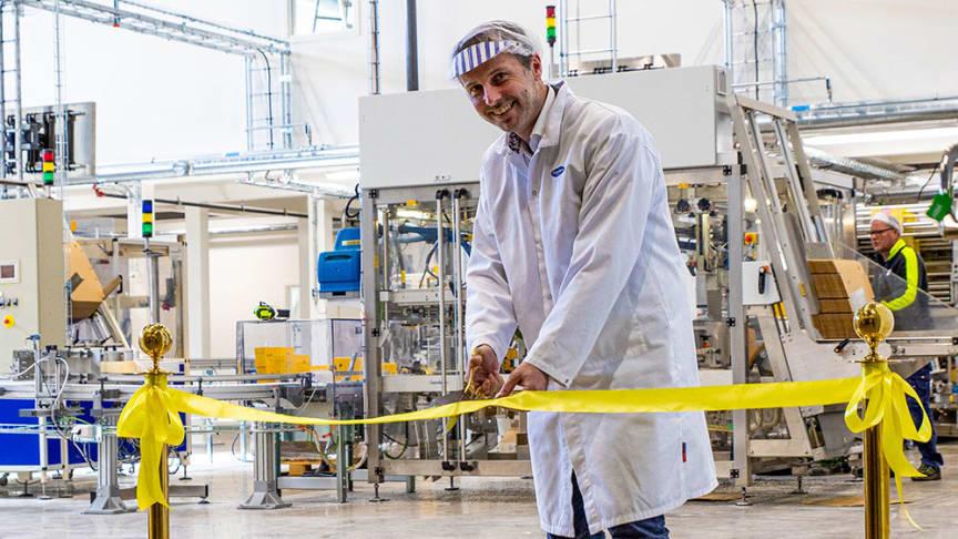 Tobias Gill, Fabrikschef, klipper det gula bandet för att inviga Risenta-produktionen i Mölndal. Foto: Nicklas Holmberg, Paulig