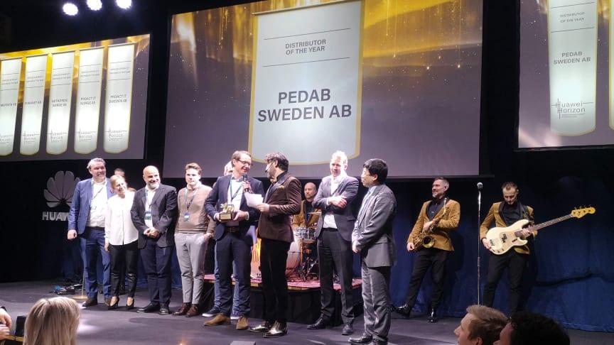 Pedab från Borås tar emot Huaweis partnerpris Gulddraken 2020 i kategorin Nordic Distributor of the Year. (Foto: Anna Idbrant/Huawei)