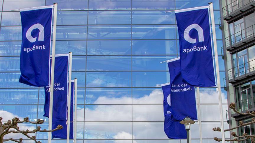 Flaggen am Eingang der apoBank Zentrale in Düsseldorf