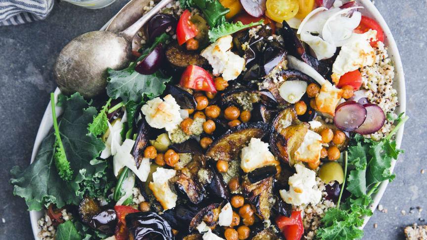 Receptbild Aubergine- och hirsmixsallad med rostad feta och kikärtor stående