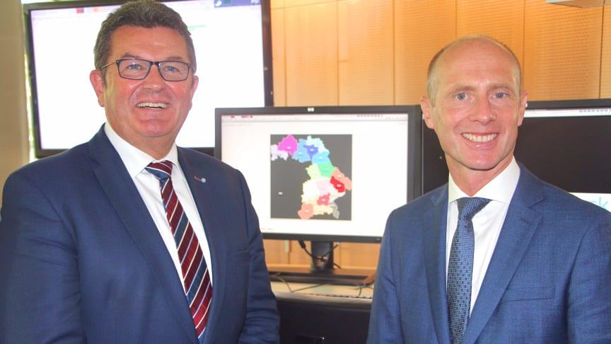 Bayerns Wirtschaftsminister Franz Josef Pschierer (l.) und Bayernwerk-Technikvorstand Dr. Egon Westphal (r.) geben gemeinsam in der Bayernwerk-Netzleitstelle in Dachau den Startschuss für digitale Stromnetze in Bayern.
