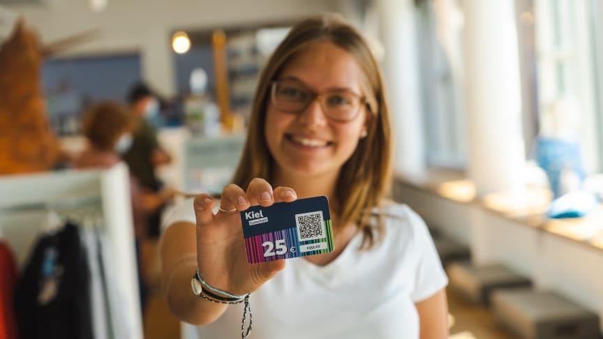 Den KielGutschein gibt es im Welcome Center, in ausgewählten Geschäften und ist rund um die Uhr online erhältlich.