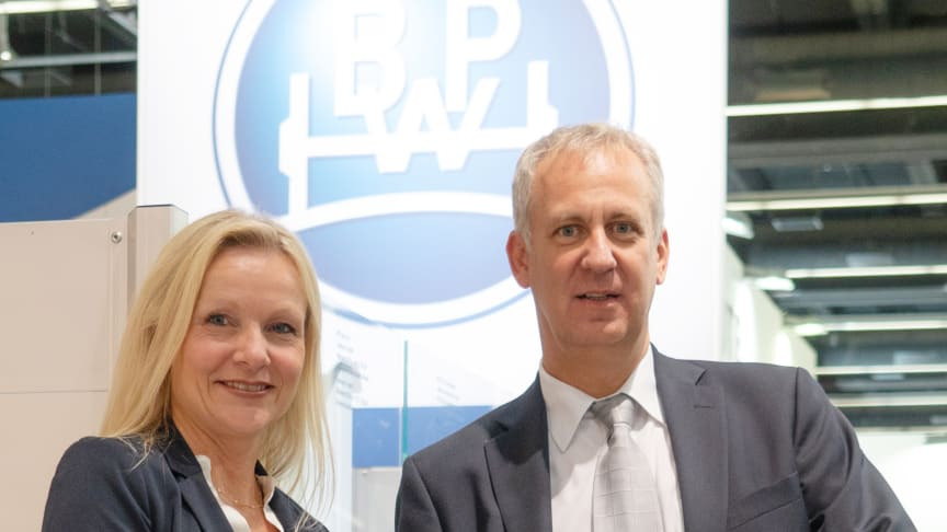 Dirk Hoffmeister, Leiter Aftermarket, und Katrin Köster, Leiterin Unternehmenskommunikation bei BPW, freuen sich über die Auszeichnung.