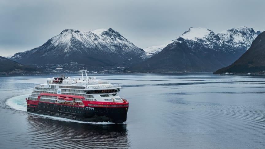 NORSK FØRPREMIERE: MS Fridtjof Nansen på prøvetur på Sunnmøre forrige uke. Nå skal skipet få en serie førpremiere-cruise - og skal blant annet til Norge.Foto: MOTION AIR/Hurtigruten