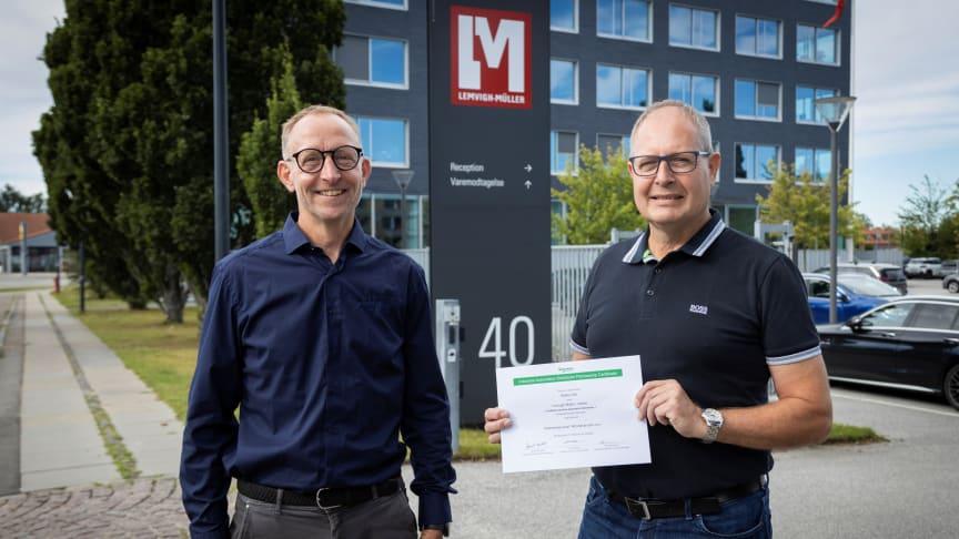 Produktspecialist Steffen Sohl (th) fik sit IAD Advanced-certifikat overrakt af Product Manager Søren Nørgaard Andersen (tv) fra Schneider Electric.