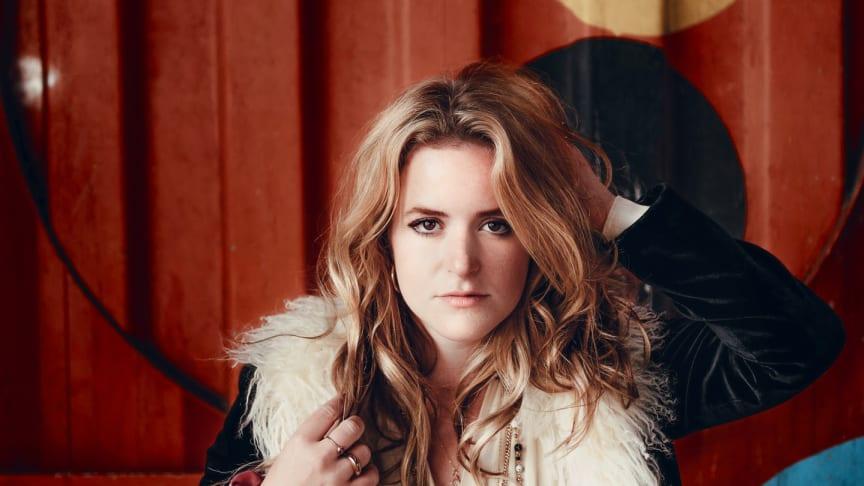 Svensk-amerikanska stjärnskottet Lexi Berg är här med låten Midnight Sun