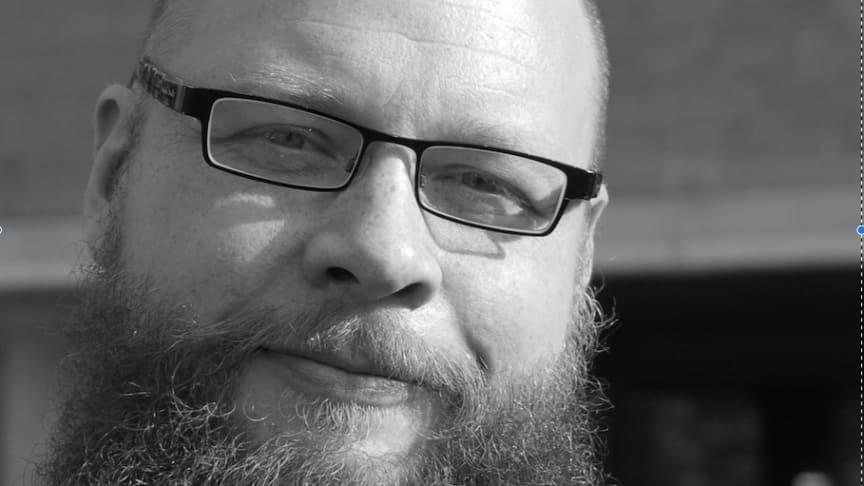 Daniel Västfjäll, professor i kognitiv psykologi vid Linköpings universitet, är ny arbetande ledamot i Kungl. Vitterhetsakademien. Ett centralt forskningstema handlar om vad som förklarar vår vilja att hjälpa våra medmänniskor. Foto: Privat.