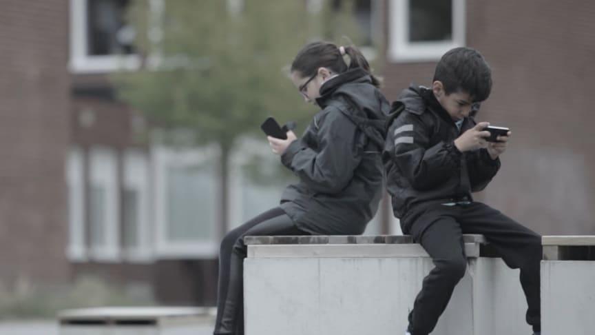 Svenska barn sitter för mycket och har över två timmar skärmtid varje dag.