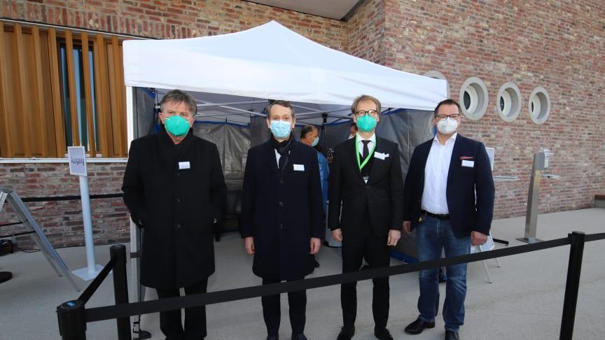 (v.l.) Sozialminister Manne Lucha, Christoph Werner (Vorsitzender der dm-Geschäftsführung), Staatssekretär Florian Stegmann und dm-Geschäftsführer Christian Harms besuchten das Schnelltest-Center vor dem dm-dialogicum in Karlsruhe.