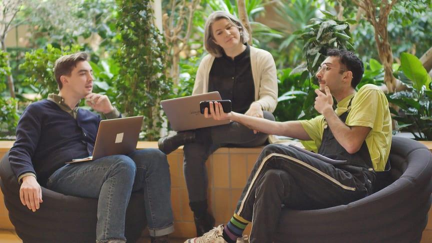 Jack Werner, Edwin Safari och Åsa Larsson sätter fokus på digitala medier i tio nya avsnitt av Källkoll. Foto: UR.