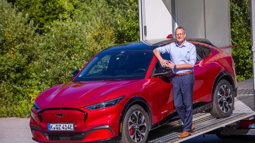 PÅ NORSK JORD: Administrerende direktør i Ford Motor Norge, Per Gunnar Berg, tok imot preproduksjonsmodellen av Fords nye elbil-SUV, Mustang Mach-E. De neste ukene skal den gå gjennom omfattende testing på norske veier og på norske ladenettverk.