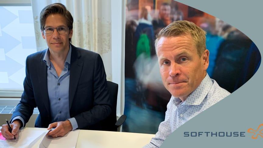Ola Persson, Affärsansvarig för Mobila biljettlösningar på Softhouse och Linus Eriksson, trafikdirektör Skånetrafiken, vid signeringen av avtalet