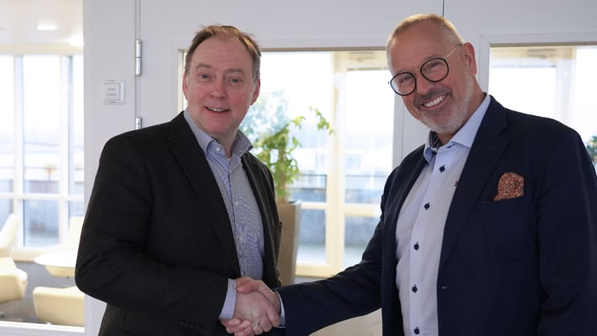 Christian Liedbeck, ny ekonomichef, hälsas välkommen av Kjellåke Fyrgård, VD på Ohlssons