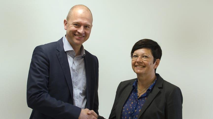 Gunnar Eikeland vd på Sparbanken Nord och Monica Johansson prefekt vid Luleå tekniska universitet är mycket nöjda efter överlämningen av fem miljoner kronor till universitetet.