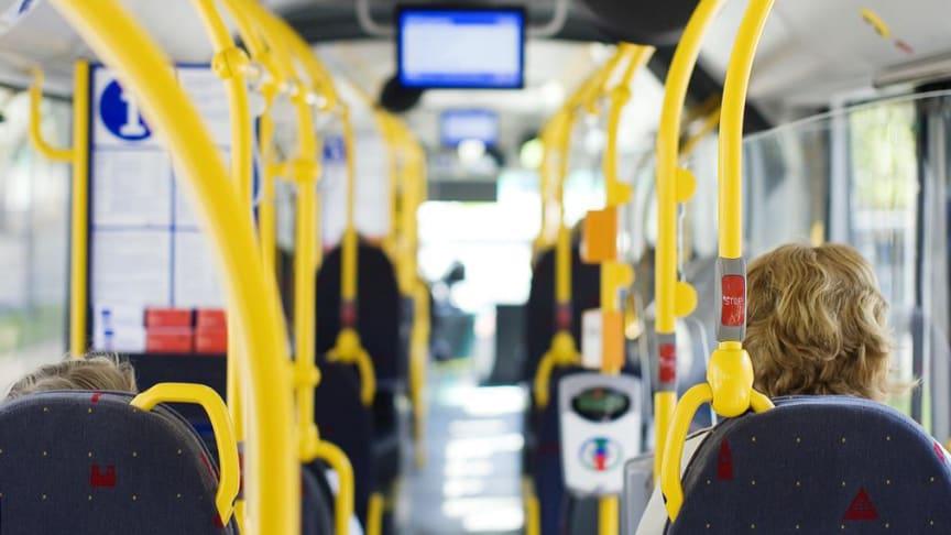 Nå fjerner Ruter gradvis klistremerkene på setene, slik at passasjerer kan ta i bruk flere seter og spre seg mer i transportmidlene.