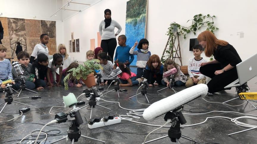 Elever fra Tøyen skole i samtale med formidler Inger Fure Grøtting under Høstutstillingen 2018.