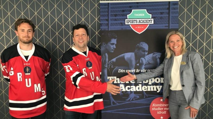 Thoren Business School Karlstad och Grums IK förlänger sitt samarbete med hockeygymnasiet.Grums-duon Johan Erkgärds och Anders Lundqvist tillsammans med Thoren Business Schools rektor Lena Bjuresäter.
