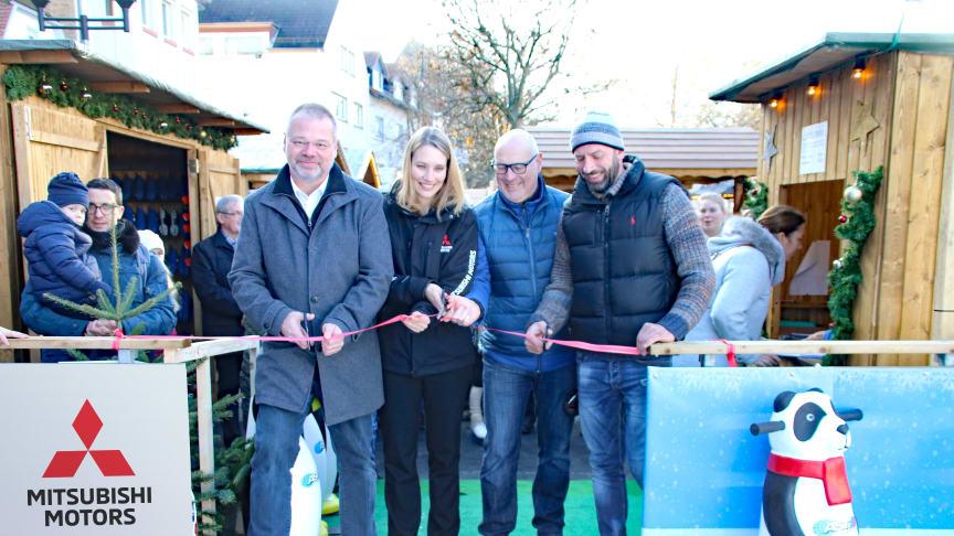 Bürgermeister Dirk Antkowiak (links) und Jenny Junghanns-Moll, Bereichsleiterin HR und Corporate Service von Mitsubishi Motors in Deutschland (zweite von links) eröffnen gemeinsam mit weiteren Sponsoren die Friedberger Eisbahn.
