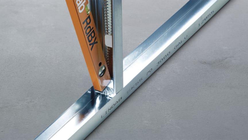 Lindabs stållægter er produceret i tyndt stål, så vægten er lav. Stållægterne leveres i fixmål til byggepladserne, så de kan bruges med det samme uden at skulle rettes til i længden.