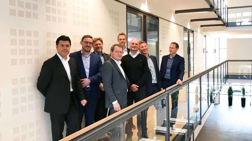 I forreste række ses Torben Ryttersgaard og Philip Lykke Christensen. I baggrunden ses den resterende partnergruppe for Kapacity i selskab med to ledende medarbejdere fra Visma.