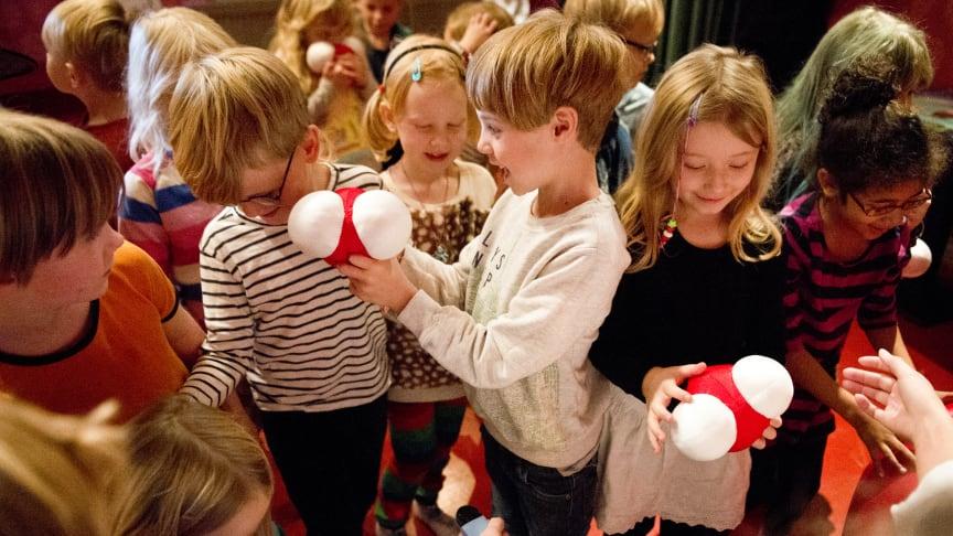 Sedan inbjudan gick ut har över 400 klasser anmält sig, från hela Sverige och till och med från Finland. Det innebär att cirka 10 000 barn och pedagoger kommer att delta.