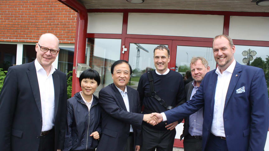 Ambassadör Chen Yuming med fru Bai Xiaomei samt Jukka Nikkinen, HK Scan, Atrias vd Tomas Back, Ted Stenshed, KLS Ugglarps, och Magnus Därth, Kött och Charkföretagen, utanför Atrias anläggning i Malmö.