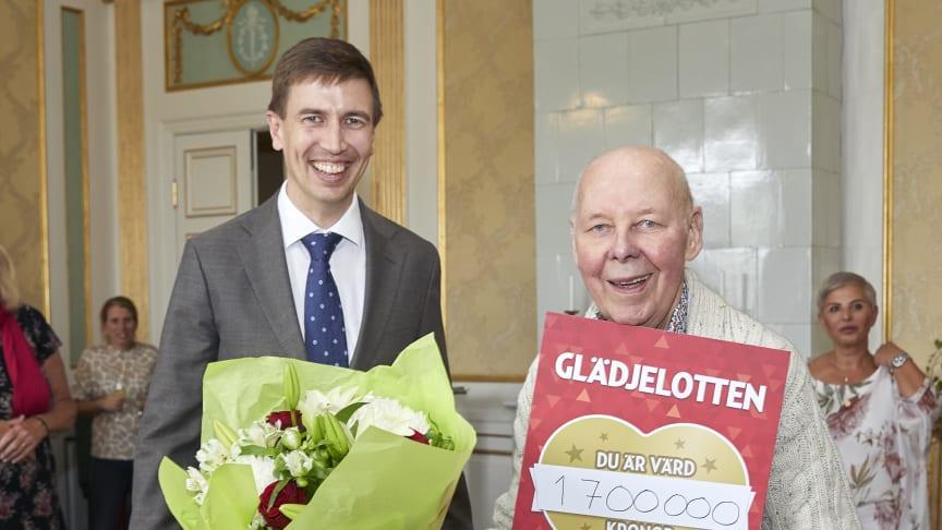 Miljonvinnaren Evert Nilsson tillsammans med lotteriföreståndare Jonas Lindholm //foto:  Peter Knutson