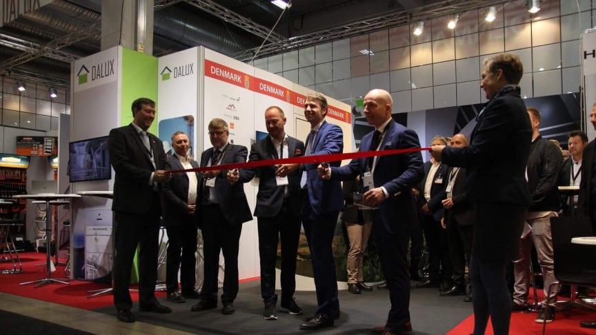 Foto: Representanter fra den danske ambassade og Bygg Reis Deg åpner den danske fellesstand.