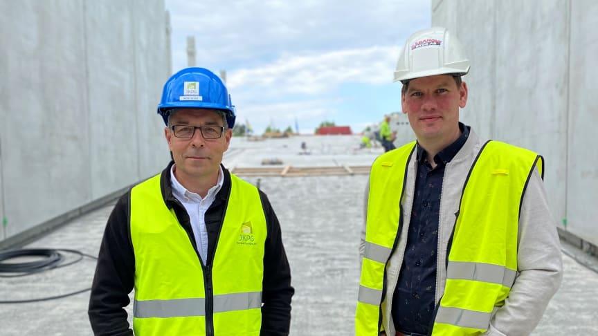 Nedo Sever, verksamhetsutvecklare på Jönköpings Kommuns Fastighetsutveckling och Rickard Wackt, projektchef på Gärahovs Bygg står vid rampen som kommer leda upp till det 8 våningar högt parkeringshuset.