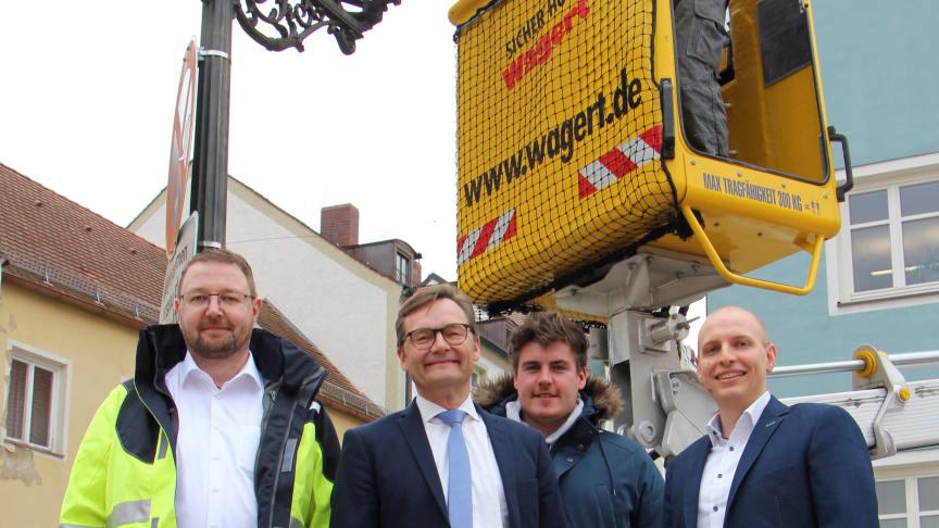 Bürgermeister Herbert Lichtinger (o.l.) und Vorstandsvorsitzender Reimund Gotzel (2. v.l.)  bei der Einweihung der 200 000. LED-Straßenleuchte.
