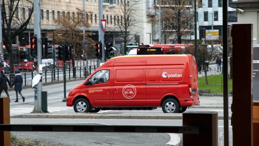 Elektriske varebiler som denne fra Maxus sørger for at Postens distribusjon av bedriftspakker i Oslo sentrum blir utslippsfrie. Foto: Stig Tvergrov