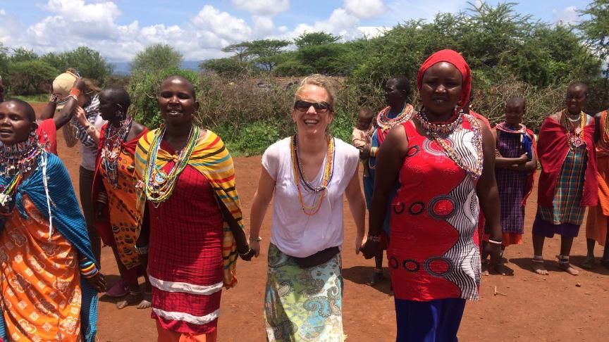 Die Hamburger Osteopathin Nina Zimmerling (M.) im Land der Massai am Amboseli- Nationalpark – Teil ihres zweiwöchigen Hilfseinsatzes in Kenia.