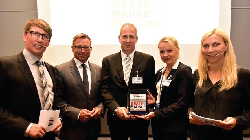 Dirk Hoffmeister, Leiter des BPW Aftermarket (Mitte), und Katrin Köster, Leiterin Unternehmenskommunikation bei BPW (2.v.r.), nahmen den Award stellvertretend für die BPW Gruppe entgegen