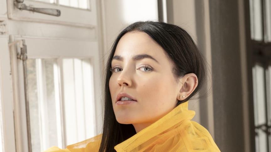 """Nu på fredag 13 mars släpper Miriam Bryant nya singeln """"Nån Av Oss"""" och i sommar väntar ännu en turné."""