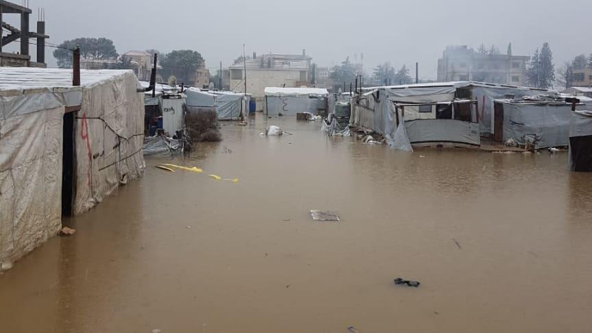 Wintersturm im Libanon: Dort, wo die Schneeschmelze bereits eingesetzt hat, stehen ganze Flüchtlingscamps unter Wasser. Die SOS-Kinderdörfer helfen mit Kleidung und Decken.