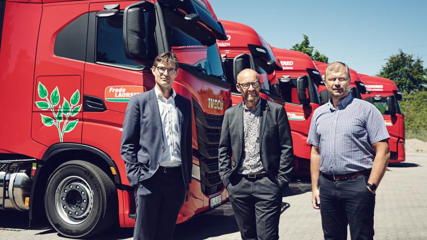 Fra venstre: Kåre Neergaard, Business Line Manager Medium/Heavy Trucks hos IVECO, Thomas Corneliussen, koncerndirektør i Frode Laursen og Jan Skov Pedersen, teknisk chef i Frode Laursen