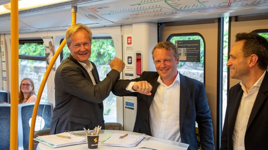 Sporveiens Cato Hellesjø, Telia bedrifts Jon Christian Hillestad og byråd Arild Hermstad markerte kontraktsigneringen i en t-banevogn i ettermiddag.