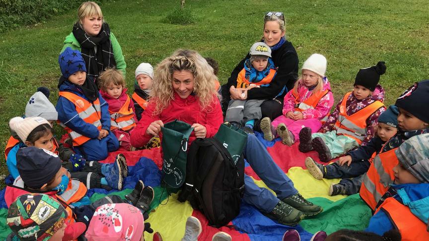 Cecilie Skog forteller barna om hvorfor det er viktig å holde naturen fri for søppel.