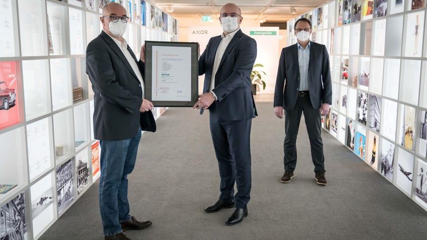 Sjefredaktør markt intern Hans Georg Pauli (til venstre) gir Christophe Gourlan, internasjonal salgssjef, Hansgrohe SE (midt) og Stefan Schraff, salgssjef og styremedlem i Hansgrohe Deutschland Vertriebs GmbH (t.h.) diplom for seieren.