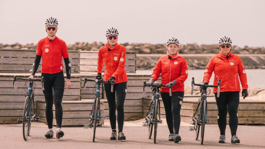 Studenterna i Min Klassiker –Rasmus, Malin, Roosa och Lotta cyklar Vätternrundan digitalt. Foto: Jeff Thorén