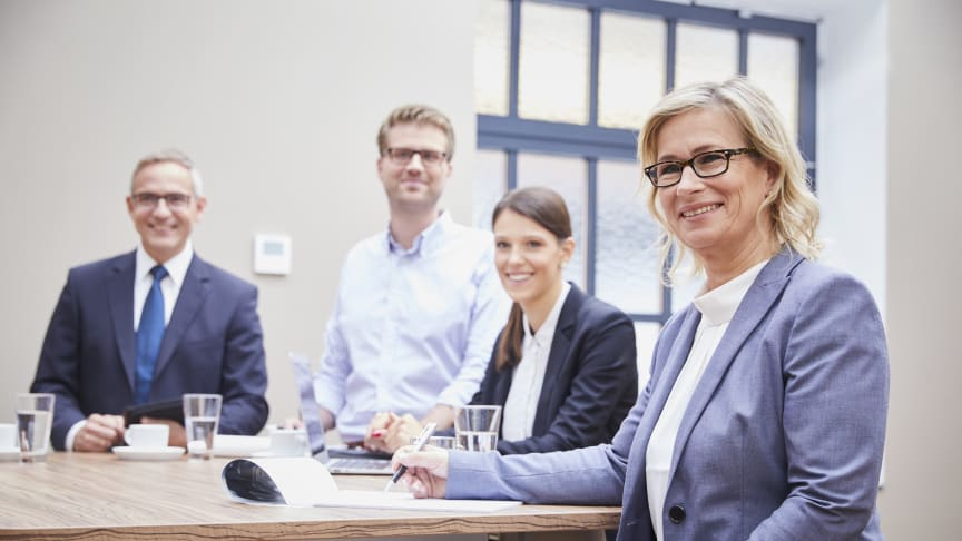 Barbara Höfel (right) in a meeting with employees: being both supportive and challenging is a central ideal that the company has embedded firmly in its HR policy.