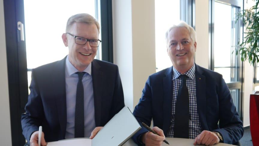 Bayernwerk-Netz-Geschäftsführer Wolfgang Hildebrand (l.) und Stadtwerke-Ingolstadt-Netze-Geschäftsführer Hubert Stockmeier haben einen langfristigen Vertrag zum Betrieb einer Blindleistungskompensationsspule unterzeichnet.