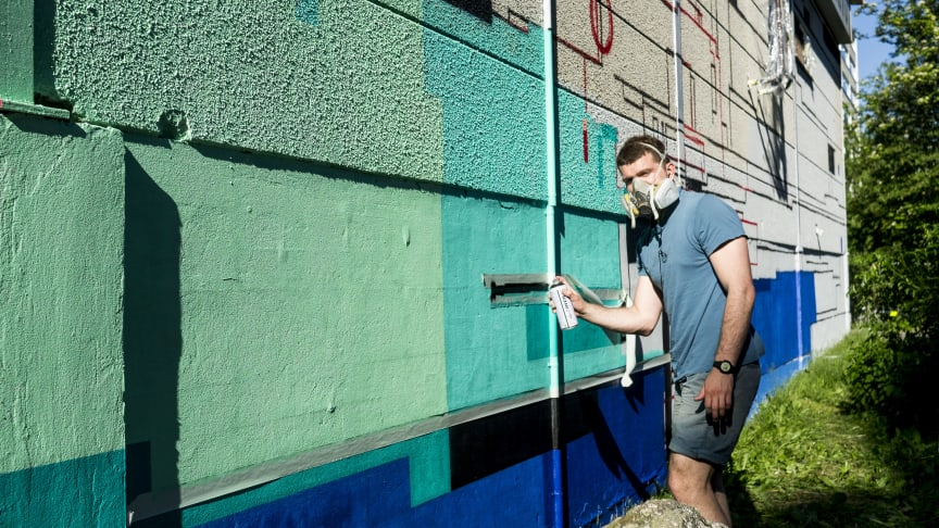 Kesäkuussa Hakunilan käsityökeskuksen ulkoseinät saivat muodonmuutoksen kaikille avoimessa yhteisötaidetapahtumassa. Hanke oli osa Vantaan taidemuseo Artsin ja Street Art Vantaan Seinähullu Vantaa -projektia. Kuvassa Igor Multi.