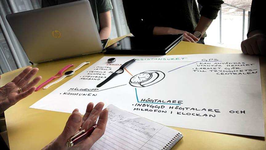 En av studenternas innovationer, som kommer att presenteras under en minimässa på universitetet: Ett trygghetslarm i form av en designklocka.