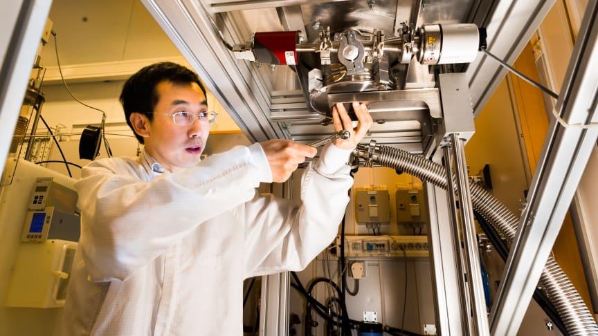 Jianwu Sun vid Linköpings universitet arbetar med reaktorn där kubiskt kiselkarbid framställs. Foto: Thor Balkhed/LiU