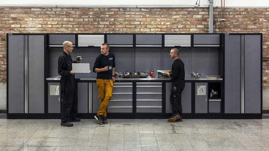 Lars, Ted och Magnus umgås med varsin kopp kaffe vid Verkstadsinredning basic, silver/svart ARTNR: 532672