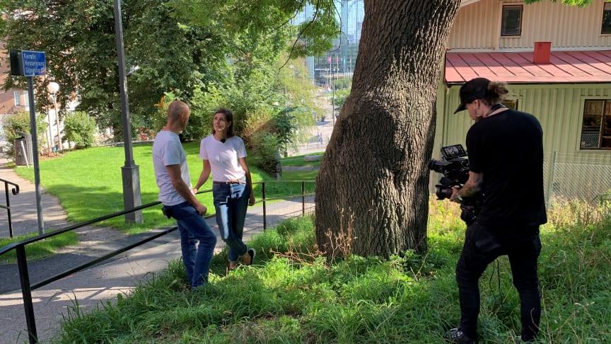 """Håkan Strömberg och Ylva Berglund under inspelningen av """"Hur hamnade vi här? - tio filmer om Göteborgs historia"""". Foto: Emma Backman"""